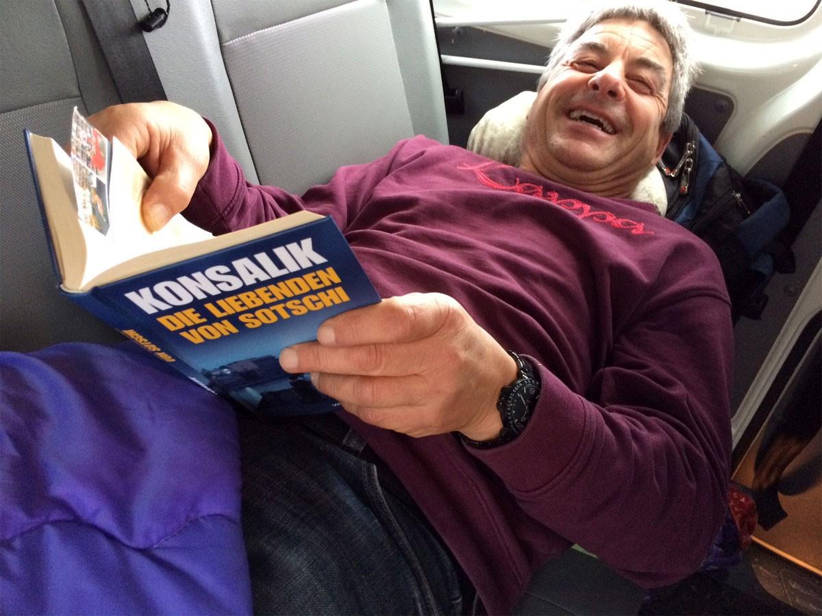 Reisetag 1 Weihnachtstransport 2016 - Michi mit Buch im Bus