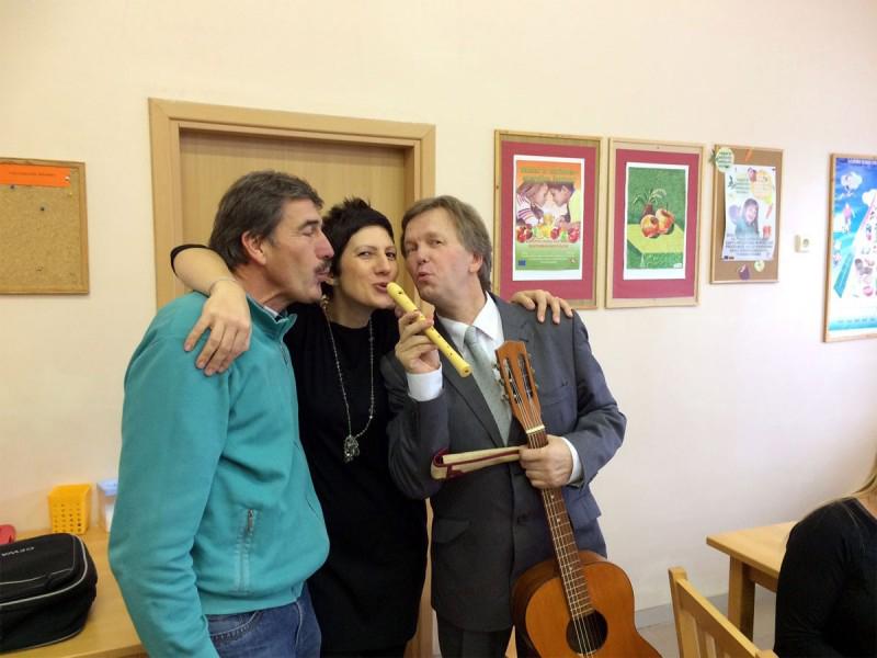 Musiklehrer Bronius freut sich über die Spende meiner Nachbarin - eine Flöte und eine Gitarre.