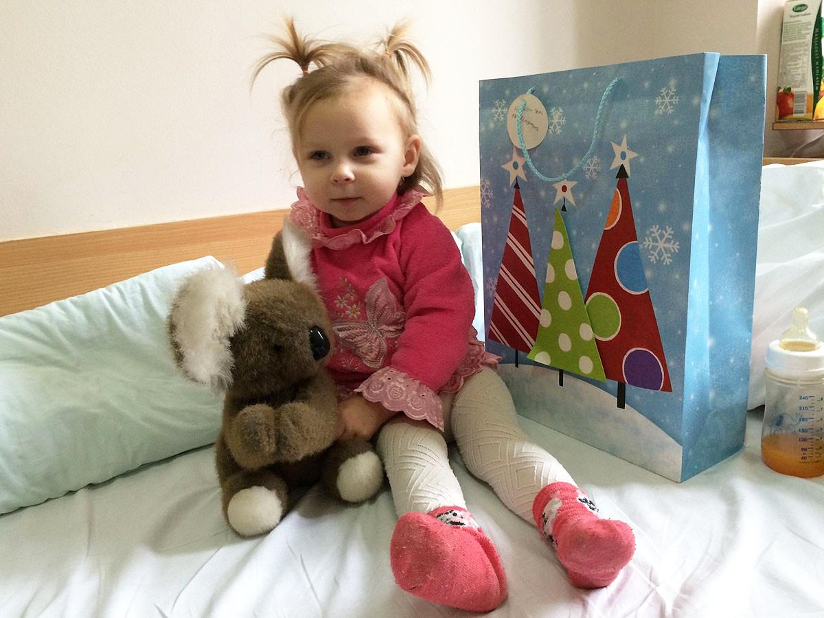 Kinderkrankenhaus Klaipeda - kleine Patientin mit Weihnachtstüte
