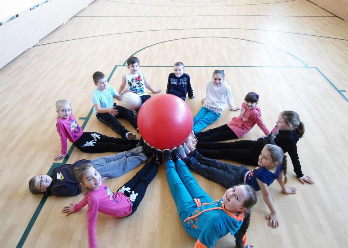 Dorfschule Želsva - Kinder mit Ball in Turnhalle