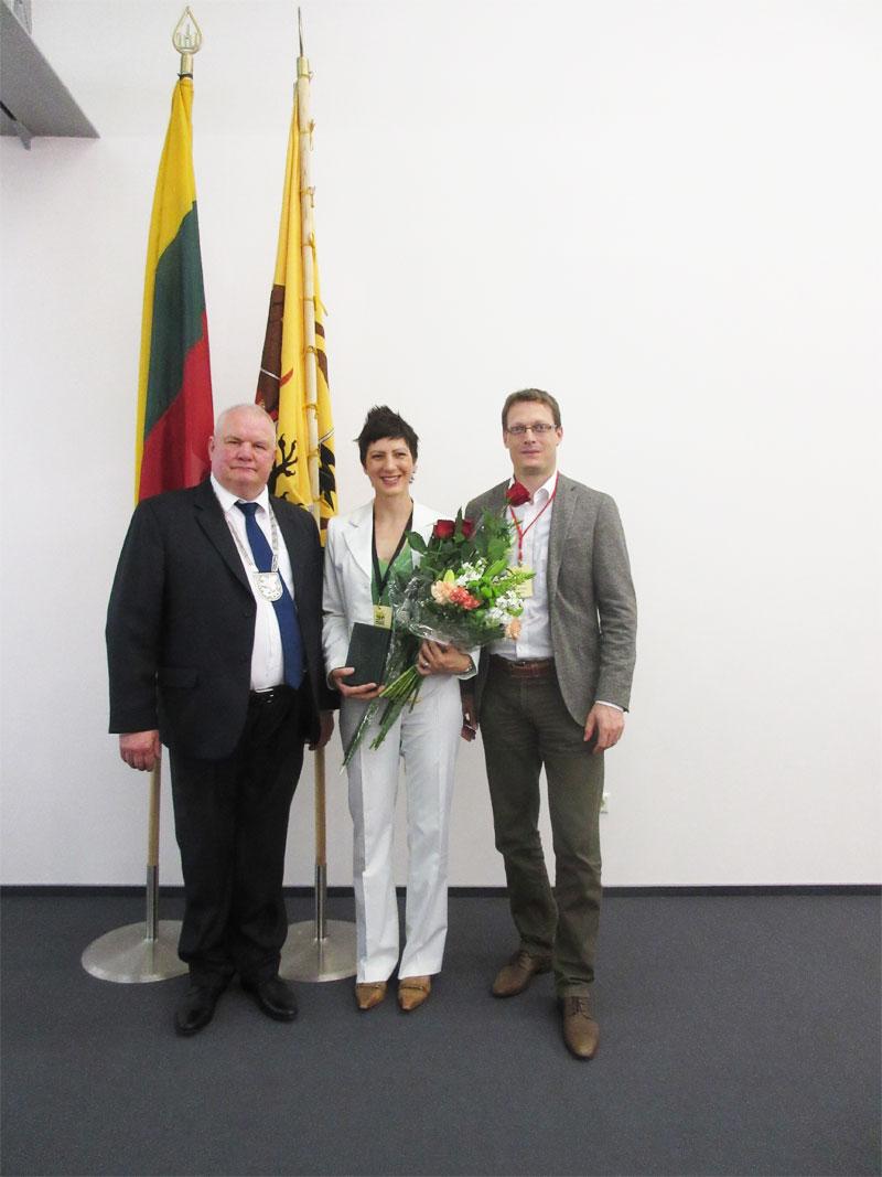 Auszeichnung für Manfred Schwaak - Bürgermeister mit Eva und Sven Klingenberg