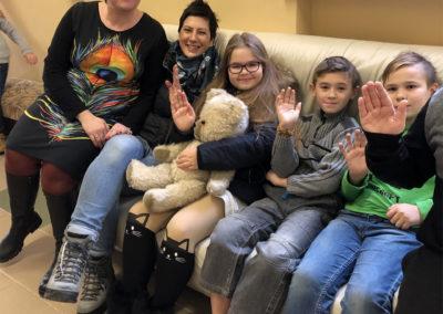 Lina Eva und Kinder auf der Couch