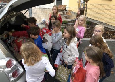 Grundschule Gachenbach - Hilfe beim Verstauen der Tüten