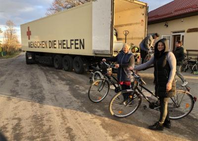 Irena und Egle mit ihren Fahrrädern