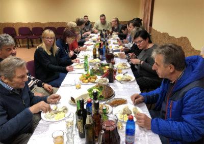 Abends werden wir zum Essen ins Gemeindehaus eingeladen und wir stoßen auf unsere Freundschaft an