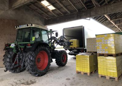 Jakob Haas hilft mit dem Traktor