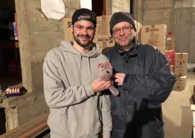 Jürgen und Lorenz helfen im Lager beim Aufräumen
