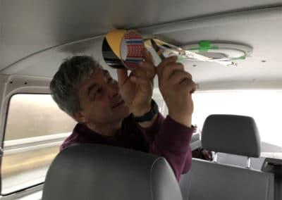 Bernhard klebt Lüftung vom VW-Bus ab
