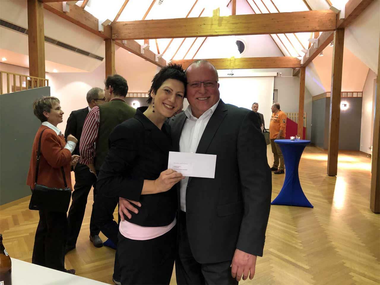 Spendenübergabe Carlo Hofstetter an Eva Klingenberg