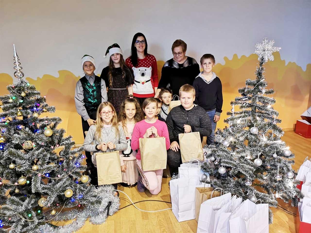 Weihnachtsfeier 2019 Zelsva Gruppenbild mit Geschenken