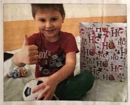 Bub im KInderkrankenhaus Klaipeda freut sich über Geschenk Weihnachtstransport Kinderhilfe Litauen Die Freudenbringer