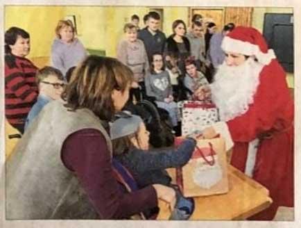 Nikoletta verteilt Geschenke Weihnachtstransport Kinderhilfe LItauen