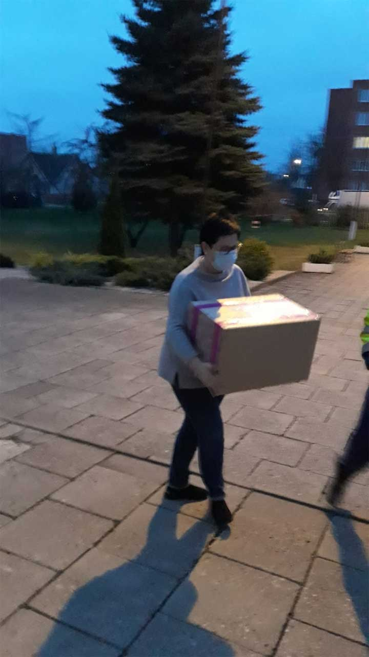 Krisitina bringt das Paket nach Zelsva
