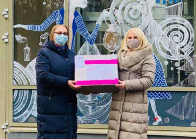 Diana Varkaliene und Aušra Nikolajevienė bei der Übergabe