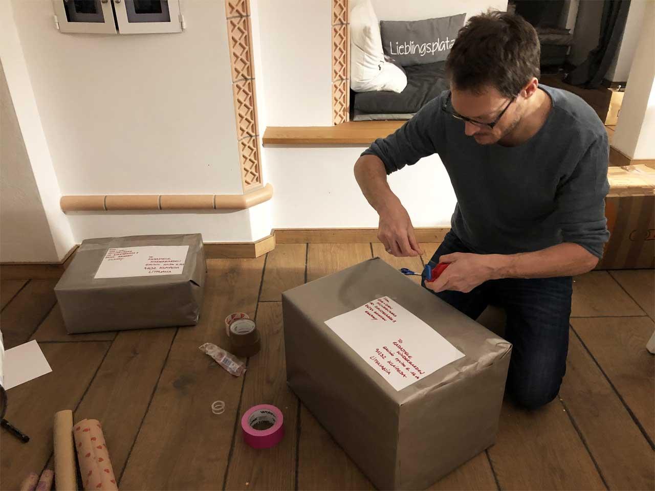 Sven verpackt die Pakete