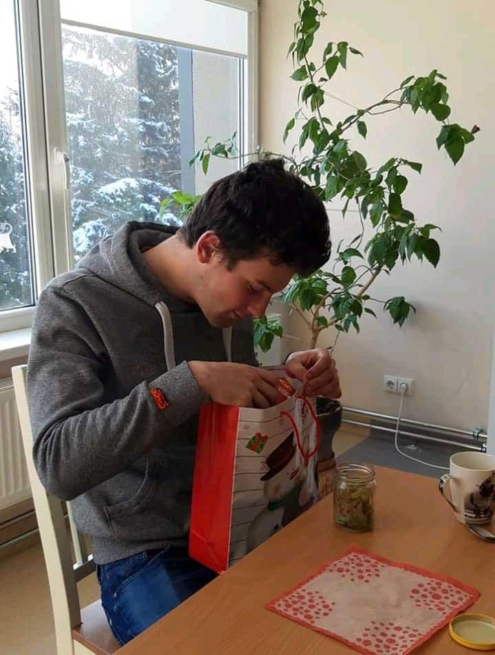 Weihnachten 2020 Kanuas Bub am Schreibtisch schaut in seine Weihnachtstüte