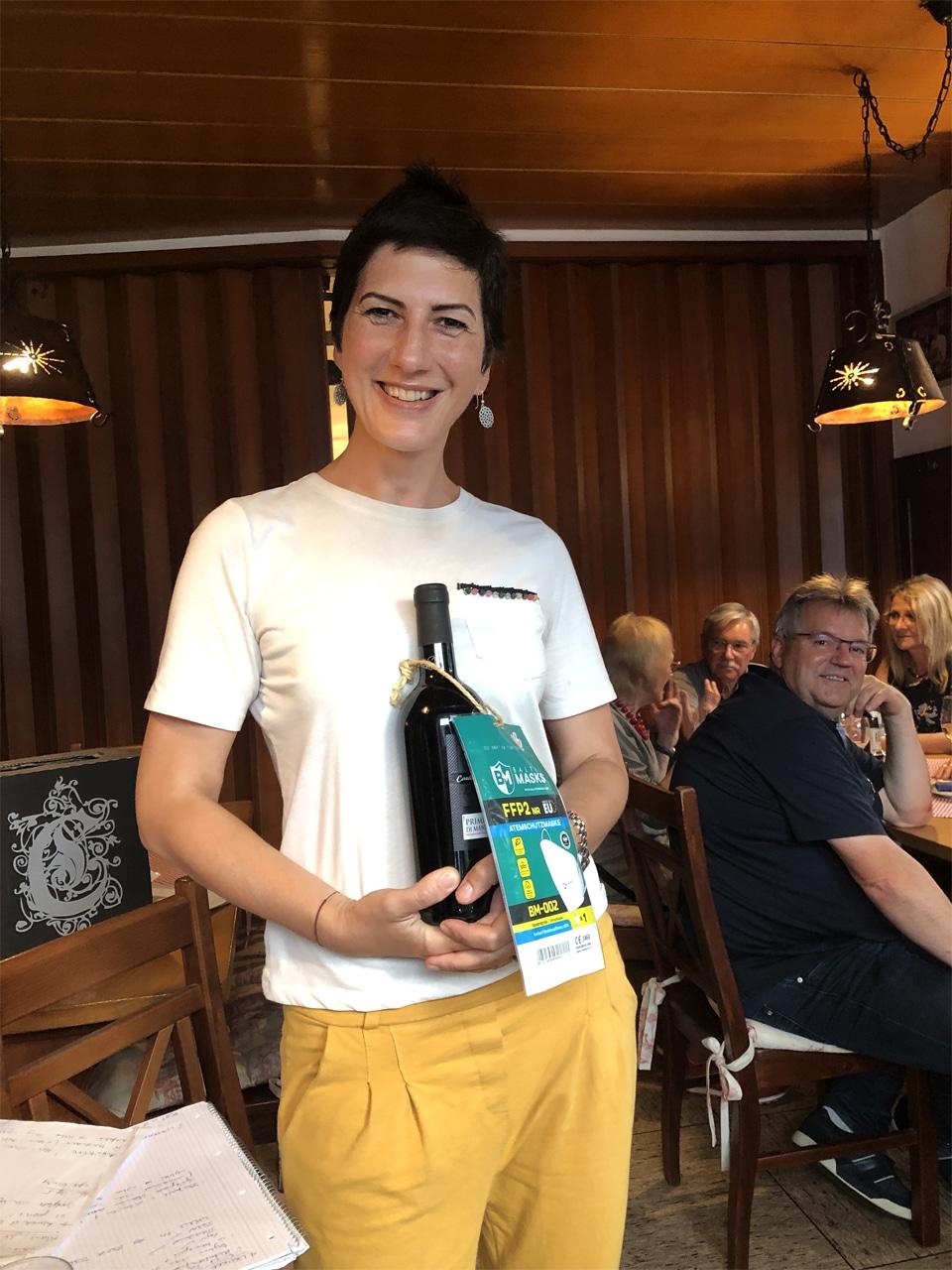 Eva Klingenberg mit Geschenk für Ehrungen