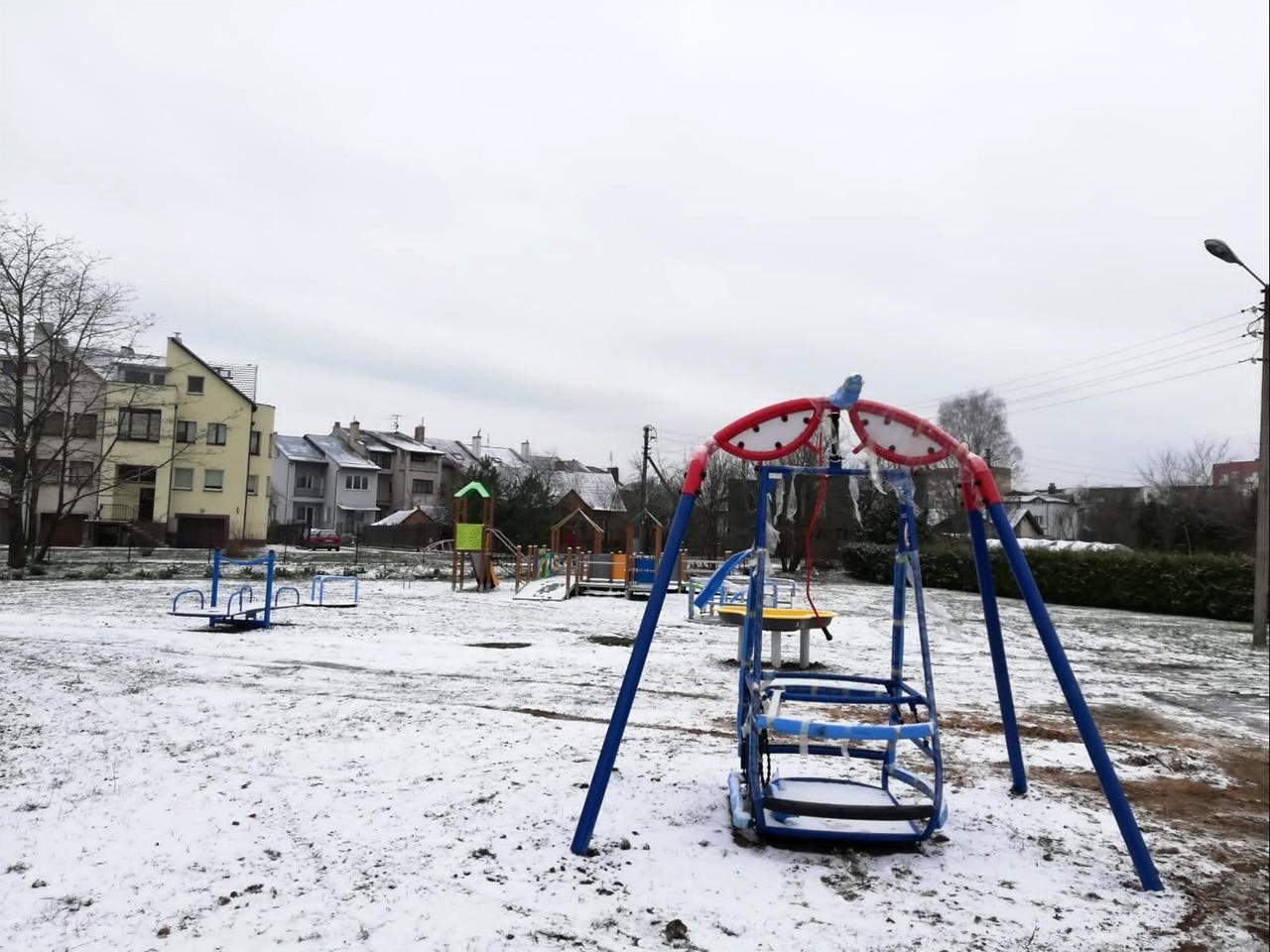 Inklusionsspielplatz Kaunas nach dem Aufstellen der Spielgeräte m Frühjahr