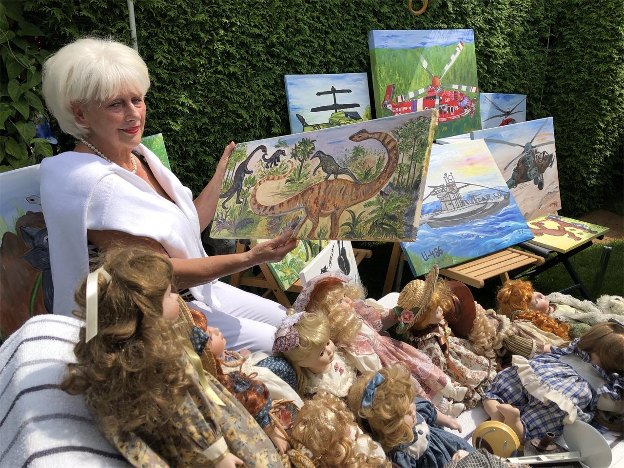 Im Schrebergarten der Künstlerin Mary Leistle mit Puppen und Bildern