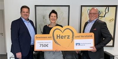 Scheck über 750 Euro von der Schrobenhausener Bank